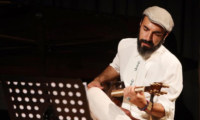 Marouf Majidi playing a concert